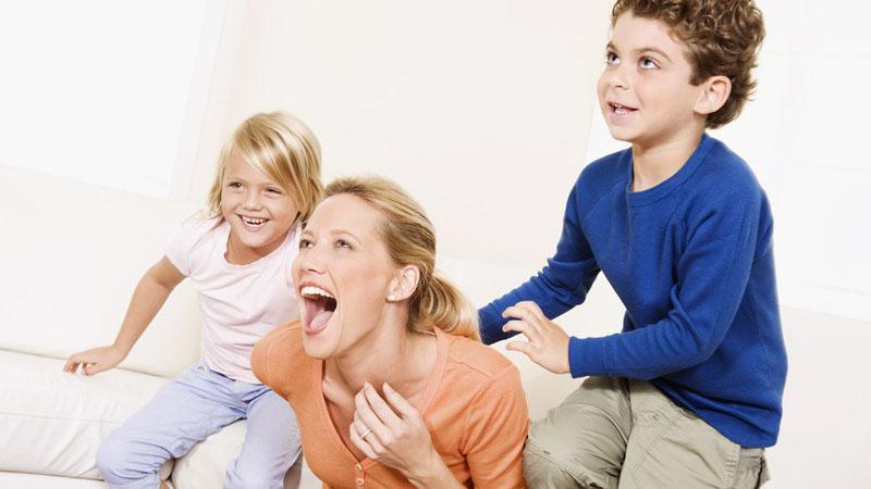 对于婴幼儿的成长,有着很多息息相关的因素。BBunion早教中心认为,养育是对于婴幼儿身体上各项技能的一种培养,而教育则是对于宝宝精神以及大脑思想的一种培养,这两者对于婴幼儿的成长都是至关重要的。    养育   针对性来源于成长特点      面对宝宝的成长,年轻的父母在感到兴奋快乐的同时,又难免紧张担忧。那么应该如何养育自己的小宝宝呢?      婴幼儿的身体素质由两个方面决定,先天的遗传因素和后天的主体因素,先天和遗传密切相关,后天因素就是我们在养育中要注意的问题。主要包括:一是保证营养;