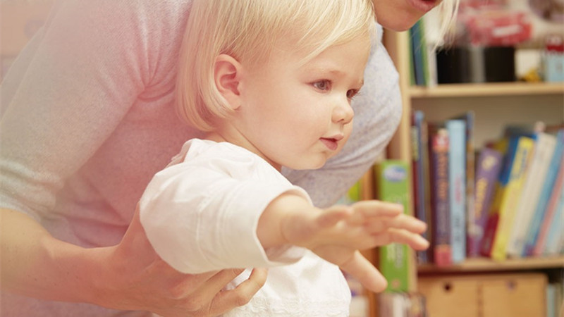 宝宝学习走路是其成长路上必须要经历的事情之一,当宝宝还不会走路时,每天除了睡觉或者坐在椅子上之外几乎都躺在爸爸妈妈的臂膀里,当宝宝一天一天的长大,开始学着自己爬行,学着自己扶着东西走路,再到自然的走路与奔跑。BBunion早教觉得宝宝学习走路是一件值得爸爸妈妈引起重视的事情,下面是BBunion为大家整理的一些关于宝宝学走路的事项。    宝宝学走路大概在周岁左右,有些宝宝可能十个月就会走路了,当然也有的稍迟一点,这都是正常的。那么,宝宝学走路的快慢是否跟妈妈的引导方法有关呢?宝宝学步要经过几个阶段,