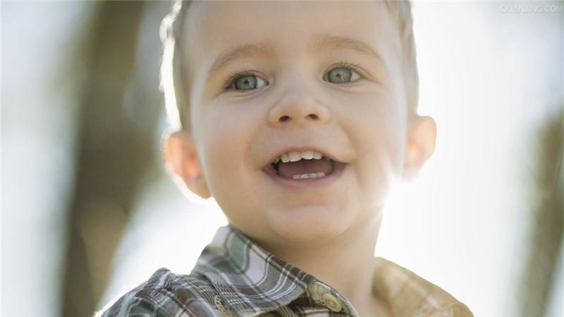 对于新手爸妈来说,宝宝吐奶,是一个很让他们头疼的问题。那么,引起宝宝吐奶的原因一般有哪些呢?BBunion早教加盟总结了一些相关的信息,一起来具体学习。   一般来说,婴儿吐奶的量比较多,都是发生在喂奶后不久,或半小时以后,吐奶前宝宝会有张口伸脖、痛苦难受的表情。吐奶是婴儿常见的现象,有以下几方面的原因所致:   1、生理因素婴儿胃肠首的解剖生理特点容易发生吐奶:这是由于在食道与胃之间的贲门还没发育成熟,加上要排出残存体内的一些粘膜而导致的吐奶。由于生理原因而引起的吐奶比较常见。   2、疾病因素