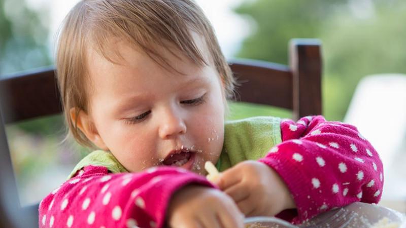 一日三餐的喂养孩子,一方面是妈妈最关注也是最头疼的事情,有些熊孩子就是不能让妈妈省心,一顿饭都不能好好的吃。有的孩子吃一顿饭都要花费好长的时间;有的孩子就是到处乱跑,妈妈要在后面追着喂这可是极大地在挑战妈妈的耐心啊!怎样可以更好的让孩子专心吃饭,让妈妈更省心呢?    让孩子学会自己动手吃饭   经常看到妈妈喂孩子吃饭的时候,孩子老是想要自己去拿勺子,自己想抓碗里的东西,这就说明了孩子喜欢自己去动手吃饭。这时妈妈可以也给孩子准备一个吃饭用的勺子,让孩子自己去学会吃东西。妈妈可以在旁边指导孩子使用