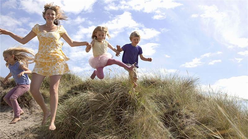 社交能力,是我们每个人都应该具备的能力,对于孩子来说应该从小开始培养。父母在和孩子一起做游戏的时候,其实可以有意识地培养孩子的社交能力。   一、三只脚儿一块走   1、妈妈与爸爸一起先向宝宝示范,并排站成一行,把相邻的两条腿绑在一起,然后一起协调行走去取家中的物品。例如:妈妈爸爸一起与宝宝玩扔球游戏,让宝宝有足够时间观察妈妈爸爸怎样进行合作。   2、妈妈或者爸爸可以鼓励宝宝和自己一起试试三脚行走,通过两人一起移动、行走来体会与人合作的感受。   3、可以邀请宝宝幼儿园的小朋友来参与游戏,并进