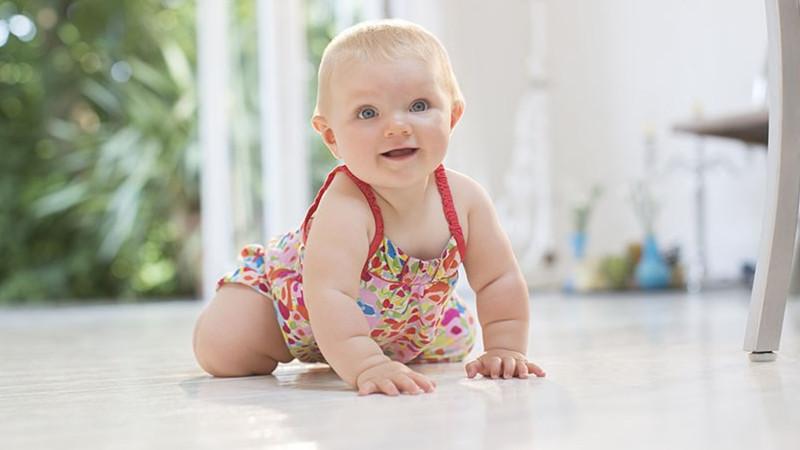 有些新手的爸爸妈妈可能对不会走路的宝宝应该多让他俯趴着,还是不要,都存在着很大的疑问。其实,在成长的关键时期,俯趴对宝宝的发育有很多好处,接下来BBunion早教和大家一起来了解下吧!    一、俯趴的好处:   锻炼体能   俯趴还能够让宝宝得到运动的机会,锻炼宝宝的体能,运动后也更容易入睡。   促进成长   俯趴能够让宝宝练习抬头、转头,锻炼宝宝的颈部、背部和四肢的肌肉和力量,而且有利于全身肌肉协调性的发展,使宝宝更快地学会翻身、爬。   有利于塑造完美头型   如果宝宝整天躺着,后脑勺就会慢慢