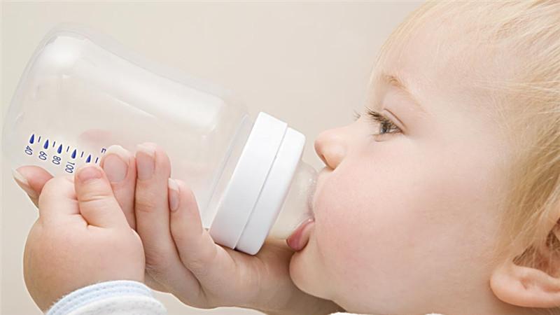 众所周知,幼小阶段是宝宝正在长身体的关键时期,喝牛奶有助于宝宝的健康成长。但是,给宝宝喝牛奶也需要讲究正确的方式,不正确的方法反而会适得其反。所以以下几个方面,BBunion国际早教提醒家长要注意哦!    不是所有的人都适合喝牛奶。   经常接触铅的人、乳糖不耐者、牛奶过敏者、返流性食管炎患者、腹腔和胃切除手术后的患者、肠道易激综合症患者、胆囊炎和胰腺炎患者均不宜喝牛奶。营养学专家说,按含脂量的不同,牛奶分为全脂、半脱脂、脱脂三类,其中全脂牛奶含有牛奶的所有成分,口感好,热量高,适合少年儿童、孕妇