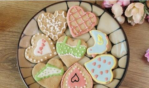 ③烘焙老师指导宝宝制作饼干(儿童用热巧克力在饼干上进行绘画)